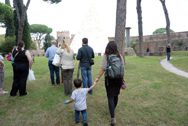 Sebelum ke Testaccio Market, kita cultural tour sebentar ke kuburan!